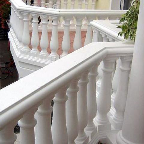 TRAX Balustraden aus Weißbeton – Kompakt-Balustraden