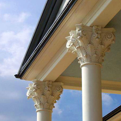 klassische Säulen aus Weißbeton