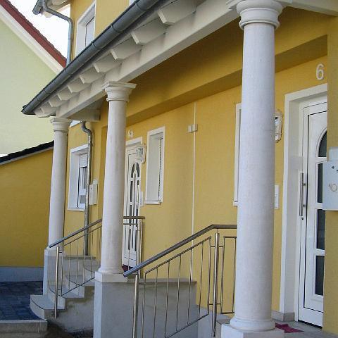 Eingang mit toskanischen Säulen in St. Leon-Rot, Baden Württemberg