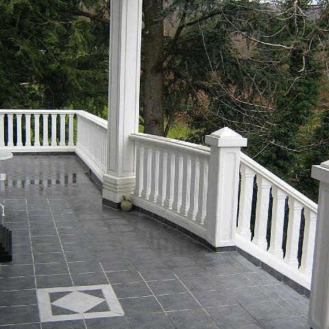 Terrasse mit TRAX Säulen und Balustraden