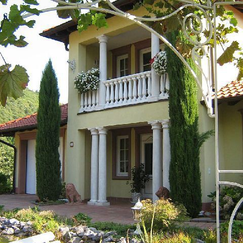 Hauseingang und Balkon mit toskanischen Säulen