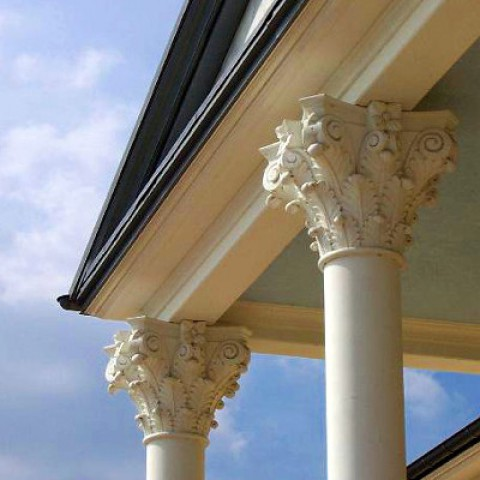 TRAX Klassische Säulen aus Weißbeton