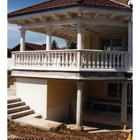 Terrasse mit Überdachung in Bruchsal: Stützsäulen und Kompaktbalustrade 1380