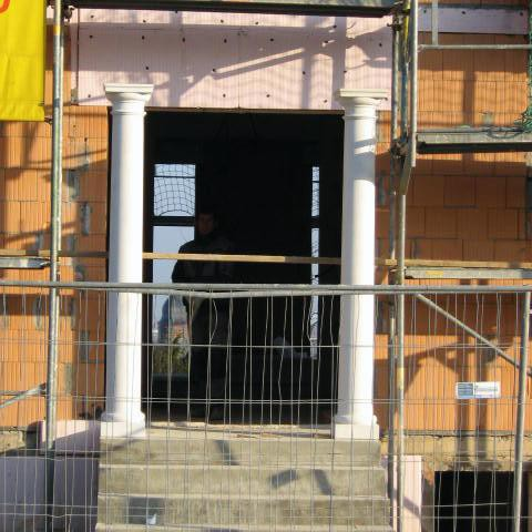 Im Bau: Treppenaufgang mit Säulen am Hauseingang, Eisenberg, Pfalz