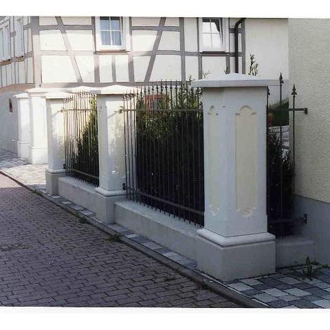 Zaunpfeiler aus Weißbeton mit Eisengeländer in Heiligkreuzsteinach im Odenwald - TRAX 1018