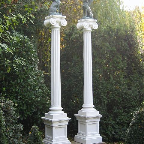 Ionische Säulen mit Bronzen in Heidelberg