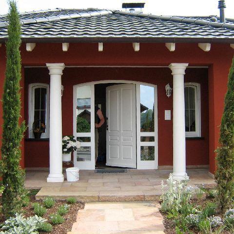 Südliches Flair: Überdachter Hauseingang mit toskanischen Säulen