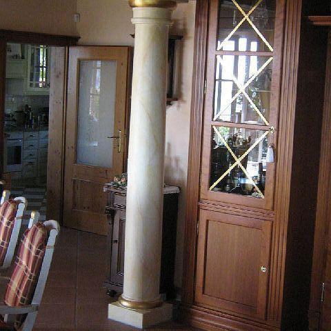 Toskanische Säule im Wohnraum: Marmoriert mit Vergoldungen