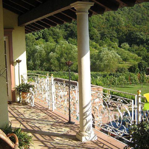 Überdachte Galerie mit toskanischen Säulen